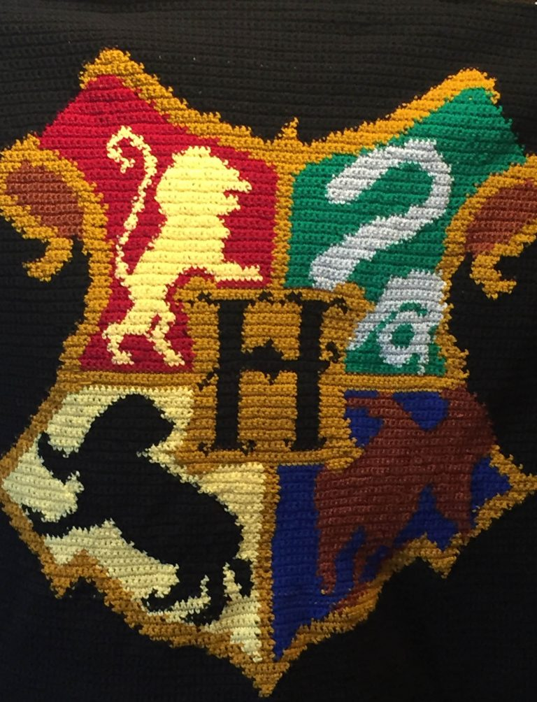 crochet blanket depicting the Hogwarts crest from Harry Potter